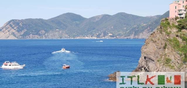 הריביירה האיטלקיתהיא רצועת חוף צרה המשתרעת כמעט לכל אורך חופו של חבל ליגוריה (LIGURIA) שבצפון איטליה (במפרץ גנואה). עיירות מפורסמות ופופולריות ביותר הןפורטופינו (PORTOFINO )ואיזורה 5 טרה(CINQUE TERRE). Cinque Terre (בתרגום חופשי לעברית: חמשת האדמות) הוא איזור על קו החוף במחוז ליגוריה (צפון איטליה) המורכב מ-5 כפרים הבנויים על מצוקים תלולים (Riomaggiore Manarola,Corniglia,Vernazza,Monterosso ). האתר ב 1997 הוכרז כאתר מורשת עולמית של UNESCO. מדובר באחד האתרים היפים ביותר באיטליה, ומבט קצר בתמונות יוכיח שאני צודקת … המעבר בין הכפרים ברכבת, סירה או ברגל.הילדים (וגם אתם) ייהנו משיט בסירה בין הכפרים, מה גם שמובטח לכם לא רק שיט מהנה בים אלא גם תצפית על קו החוף המהמם. כל כך יפה שלא תרצו לעזוב ! אטרקציות עיקריות: ביקור בכפרים, שיט בים, בטן-גב על חוף הים ובעיקר התענגות על הים הכחול והנוף המאלף ! דגשים: אם תחליטו ללכת ברגל בין הכפרים, הטיול ב Cinque Terreדורש הליכה מרובה. היו מוכנים: עם נעלי הליכה מתאימות ומים לכולם . זמן ביקור:...