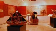 תקציר: מידע אודות מוזיאון דה וינצ'י ברומא אם יכריחו אותי לדרג את התערוכות האהובות עלי ביותר ברומא,מוזיאון לאונרדו דה וינצ'י יזכה למקום השני אחרי גלריה וילה בורגזה. לפני הכל חשוב לציין כי בשלב זה מוזיאון ליאונרדו דה וינצ'י הינותערוכה זמנית שהתחילה ב 2009 וצפויה להסתיים, באופן רשמי לפחות, באפריל 2014. המוזיאון נמצא ב Palazzo della Cancelleria בקירבת קמפו די פיורי (Campo de' fiori). אני מודה ומתוודה: לגאונותו של לאונרדו דה וינצ'י נחשפתי כשקראתי את הספר צופן דה וינצ'י של דן בראון. לפני כן הכרתי את יצירתו המפורסמת המונה ליזה מביקור במוזיאון הלובר (Musée du Louvre)בפריס.קריאת הספר הובילה אותי לחקירה יסודית אודות האמן וכשהתחילה התערוכה ברומא, שמחתי מאוד על ההזדמנות ! תערוכת המכונות של לאונרדו דה ויצ'י ברומא היא הזדמנות להיחשף לחלק נוסף של גאונותו והינה ללא ספק אטרקציה מאוד נחמדה לילדים ! לאונרדו דה וינצ'י אחד המפורסמים שבאמני הרנסנס האיטלקי, ואף אחד המפורסמים הגדולים בכל הזמנים, היה אמן ברוך כישרונות: צייר, גלף, אדריכל, מתמטיקאי, עסק...