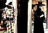 אם אתם נוסעים לונציה עם הילדים או שאתם חובבי אמנות ויצירה, תשמחו לדעת שבעיר השטה תוכלו ללמוד את סוד ייצור המסיכות הצבעוניות, מסורת ונציאנית בת למעלה מ 800 שנים. קוראים להם Ca' Macana אחד מבתי המלאכה הותיקים לייצור מסכות של ונציה. הציור על המסיכות נעשה ביד, ולכן כל מסיכה שלהם היא מיוחדת וייחודית. משנת 2011 הם מעבירים קורסים בייצור מסיכות. ליחידים ולמשפחות. מידע נוסף באתר: www.camacana.com